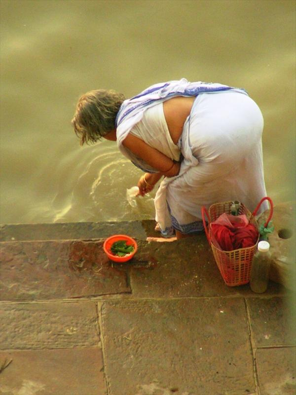 2008-09-12: Varanasi - filling a bottle with holy Ganges water